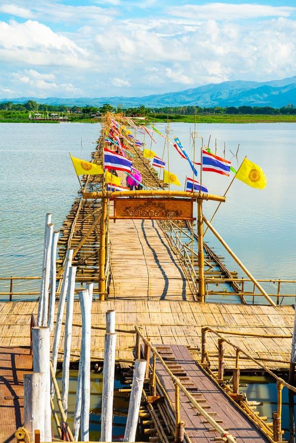 ФАЯО, ТАИЛАНД - 2 июня 2017 г.: Мост бамбука в озере Кван Пхаяо стоковое фото rf