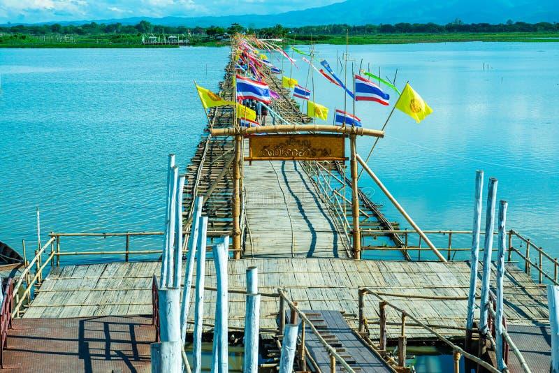 ФАЯО, ТАИЛАНД - 2 июня 2017 г.: Мост бамбука в озере Кван Пхаяо стоковые фотографии rf