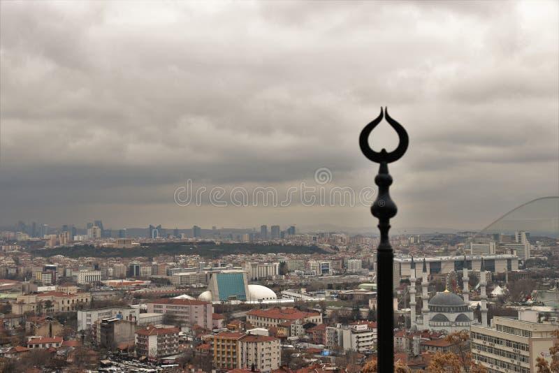 Февраль 2019, Анкара, Турция - фото которое совмещает исламский серповидный символ который поднимает над Анкара стоковые изображения rf