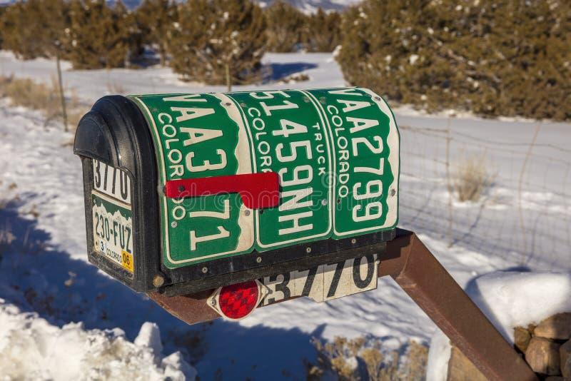 ФЕВРАЛЬ 2019 - ЗАПАДНЫЙ ШТАТ - США - обочина Америка американы показывает почтовый ящик сделанный из лицензии plates90 Колорадо стоковая фотография