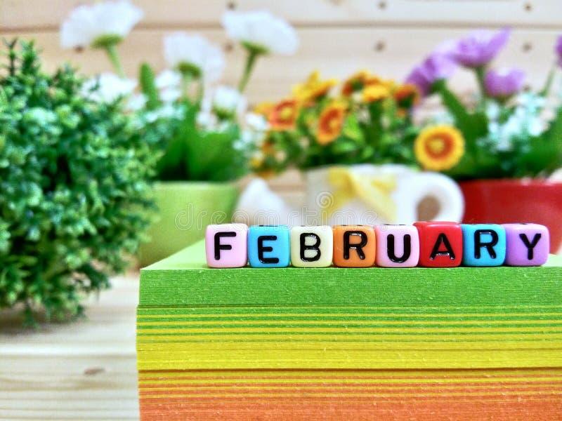 февраль Красочные письма куба на липком блоке примечания стоковое фото rf