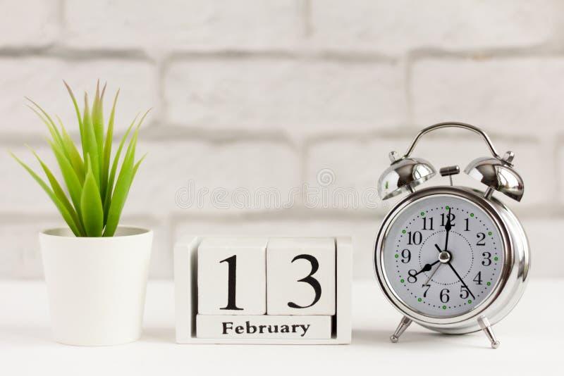 13 февраля на деревянном календаре на белом фоне Всемирный день радио стоковые изображения