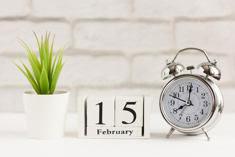 15 февраля на деревянном календаре на светлом фоне Сигналы тревоги и календарь, концепция одного дня года стоковые фотографии rf