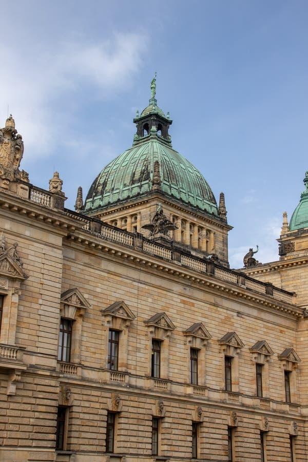 Федеральный административный суд Лейпциг Германия в исторических зданиях с голубым небом стоковое фото