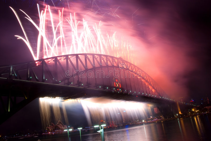 феиэрверки моста затаивают новый год Сиднея стоковое изображение rf