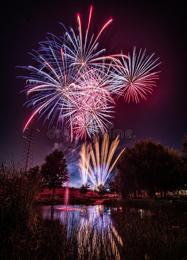 Фейерверки вечером в Новом Годе стоковая фотография rf
