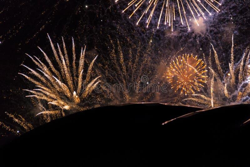 Фейерверки во время выставки на Quayside Ньюкасл на ` s Eve Нового Года стоковое фото rf