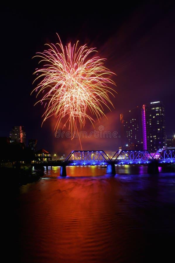 Фейерверки в городе над мостом стоковое фото rf