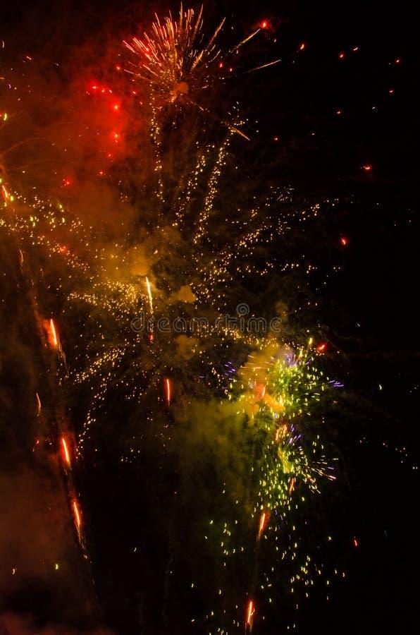 Фейерверки в небе на ноче стоковая фотография