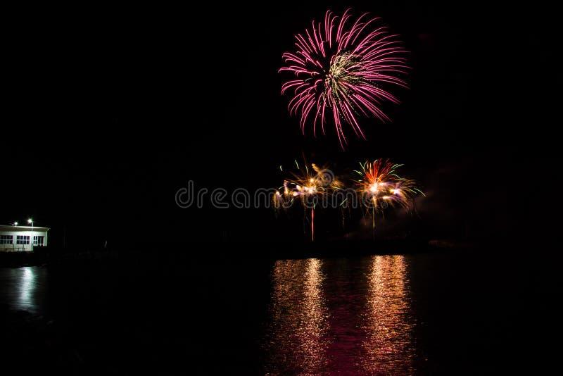 Фейерверки в ночном небе на день Nilolas Святого над портом стоковое фото