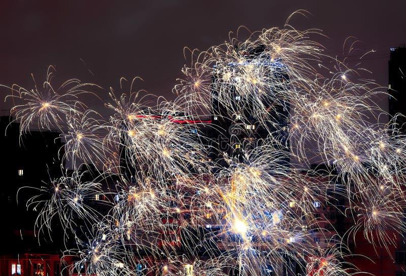 Фейерверки в честь 2019 Новых Годов Люди снимают с фейерверков стоковое фото