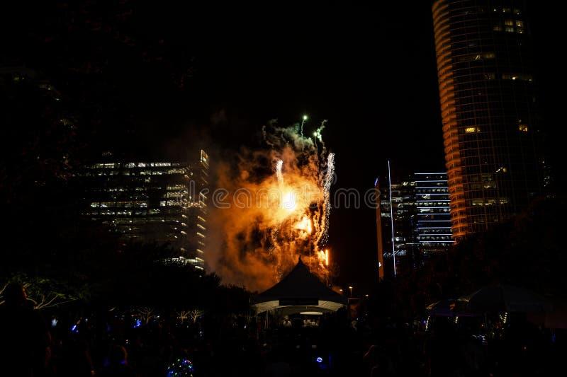 Фейерверки Дня независимости над парком Klyde Уоррен в Даллас стоковое фото rf