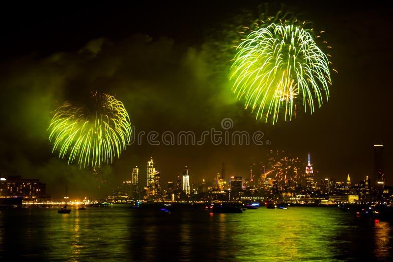 Фейерверки Дня независимости 4-ое июля показывают с горизонтом над Hudso стоковая фотография rf