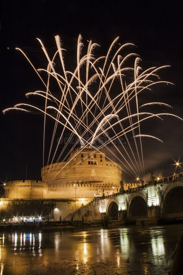Фейерверки играя над Castel Sant Angelo, Римом, Италией стоковое изображение