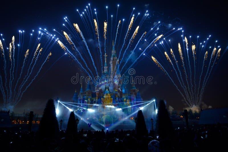 Фейерверки и выставка света в Шанхае Диснейленде стоковая фотография