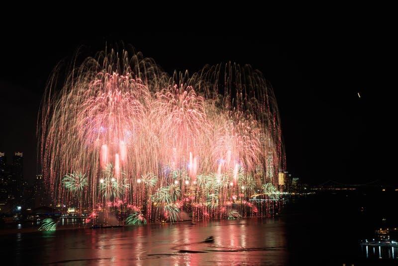 Фейерверки над Гудзоном стоковое изображение rf