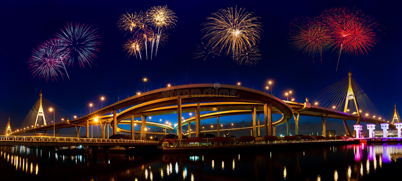 Фейерверки на мосте Bhumibol стоковые изображения rf