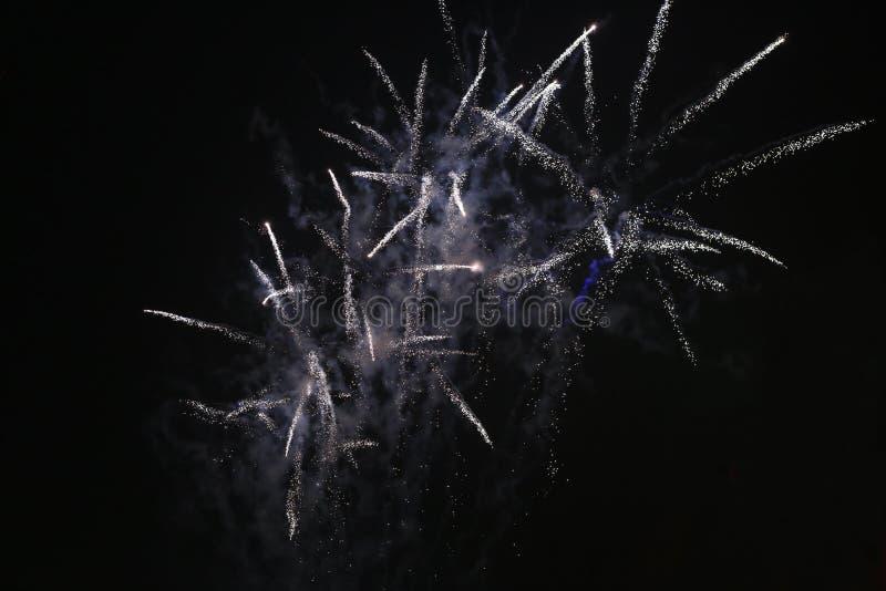 Фейерверки на ночном небе, черном небе стоковые изображения