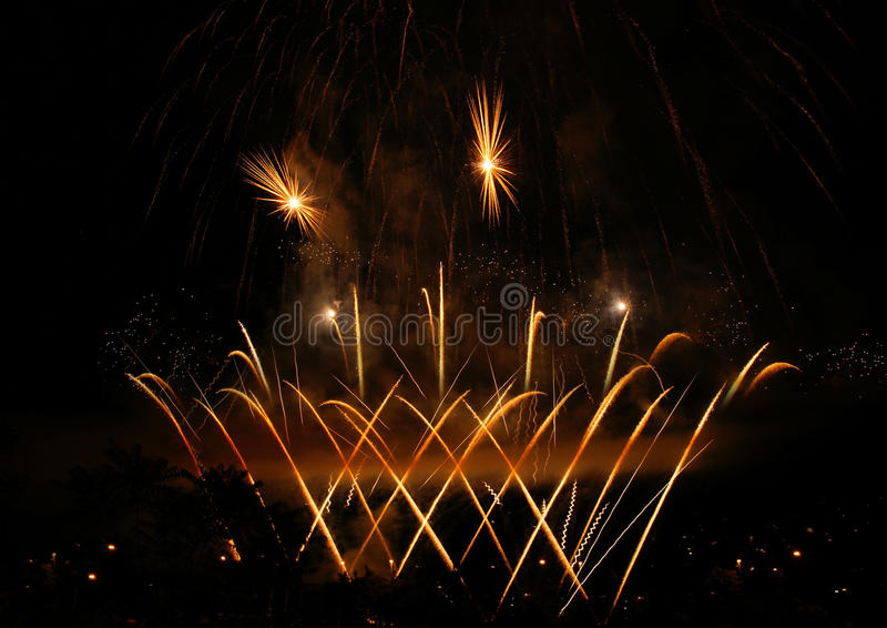 Фейерверки на ночном небе стоковое изображение