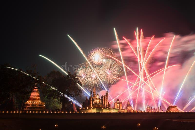Фейерверки на парке Sukhothai историческом, виске Mahathat, Таиланде стоковое изображение