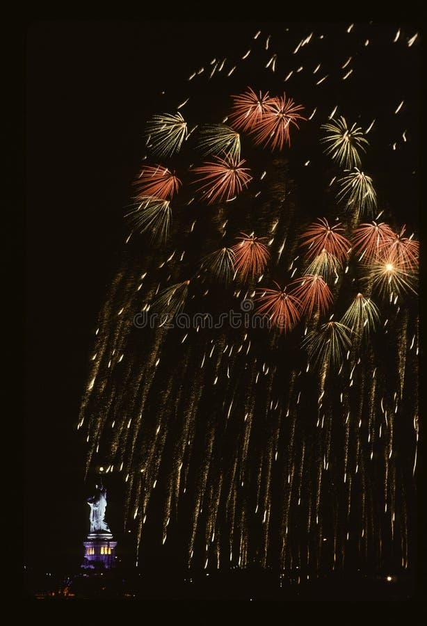 Фейерверки на статуе свободы стоковые фотографии rf