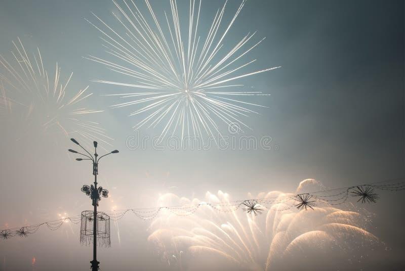 Фейерверки освещают вверх в небе стоковые фото