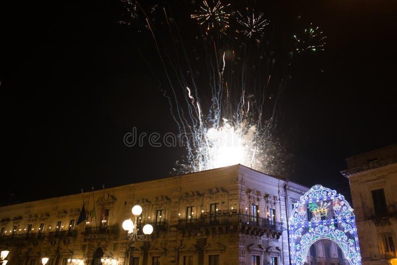 Фейерверки освещают вверх стоковое изображение