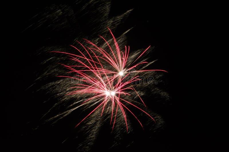 Фейерверки освещают вверх небо с дисплеем стоковые изображения