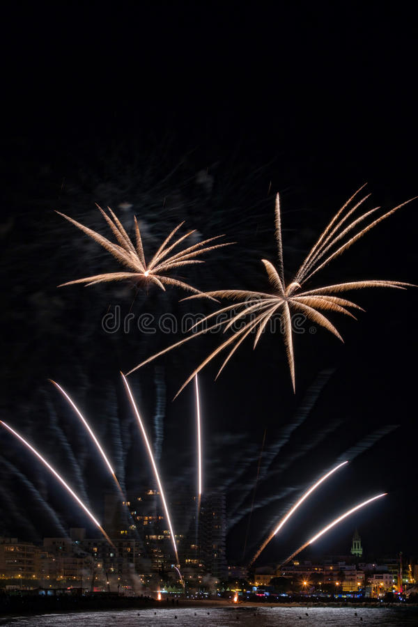 Фейерверки освещают вверх небо с ослеплять дисплеем в Palamos, куделью стоковые фотографии rf