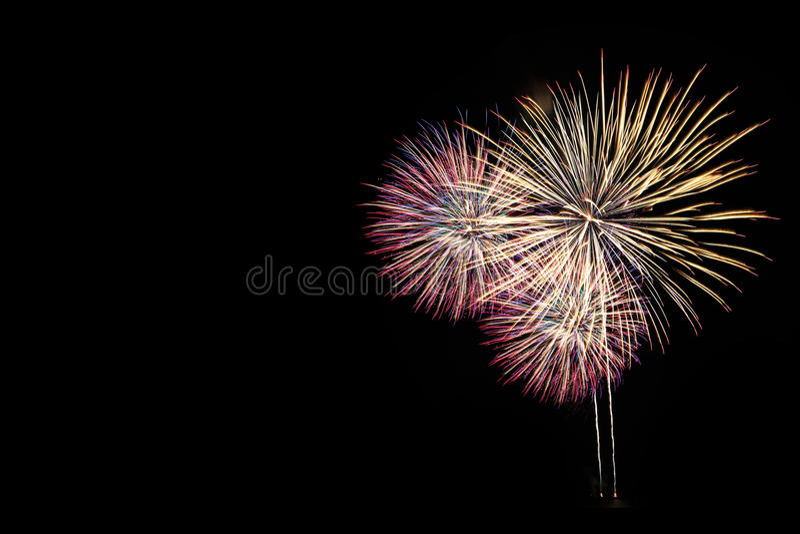 Фейерверки освещают вверх небо с ослеплять дисплеем стоковое изображение