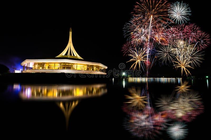 Фейерверки освещают вверх небо стоковое изображение rf