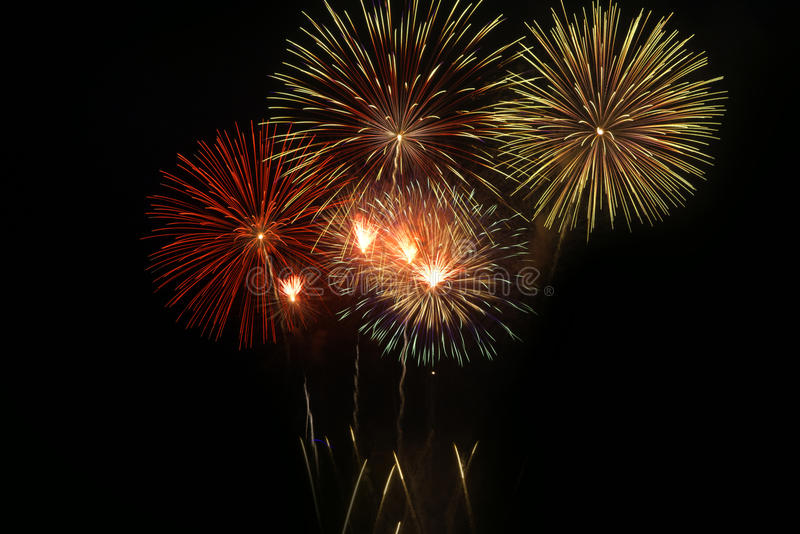 Фейерверки освещают вверх небо стоковые фотографии rf