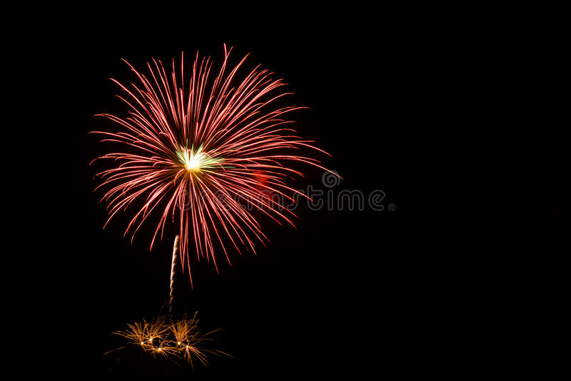 Фейерверки освещают вверх небо стоковое фото
