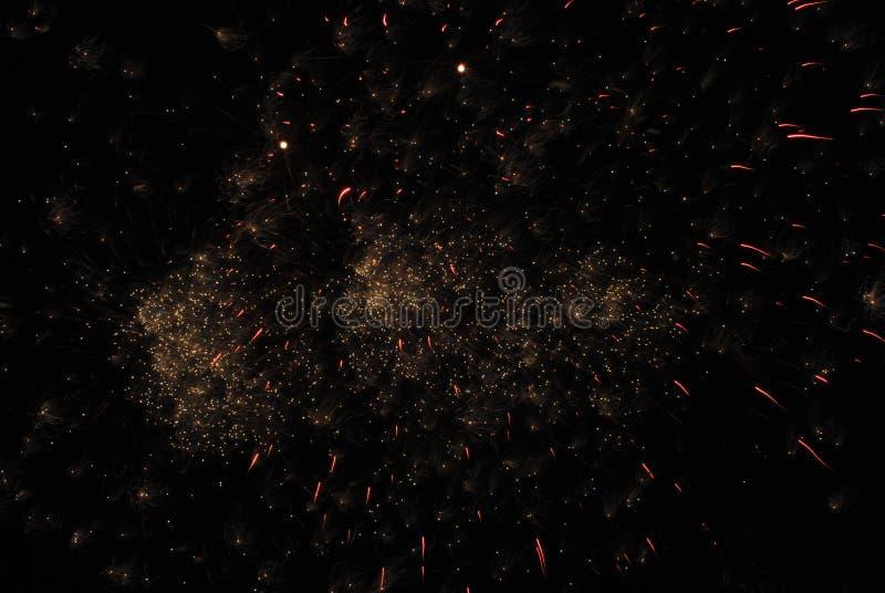 Фейерверки освещают вверх небо стоковая фотография