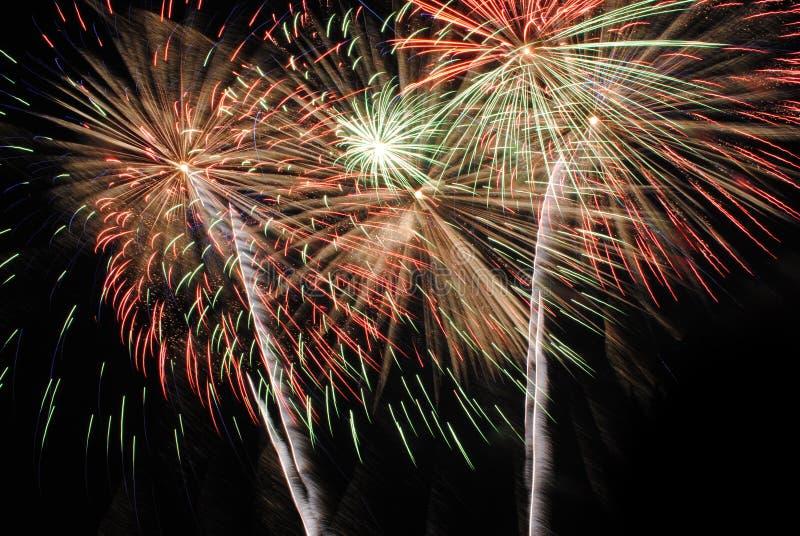 Фейерверки освещают вверх небо стоковое фото rf