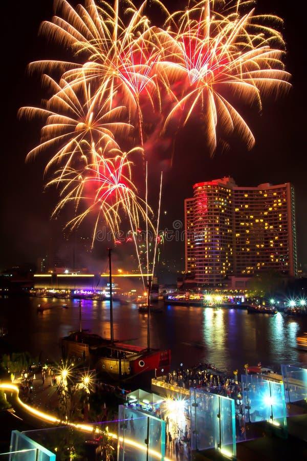 Фейерверки показывают внутри празднуют на день фестиваля на Chao Реке Phraya на nighttime, Бангкоке, Таиланде Красивый света стоковые изображения rf