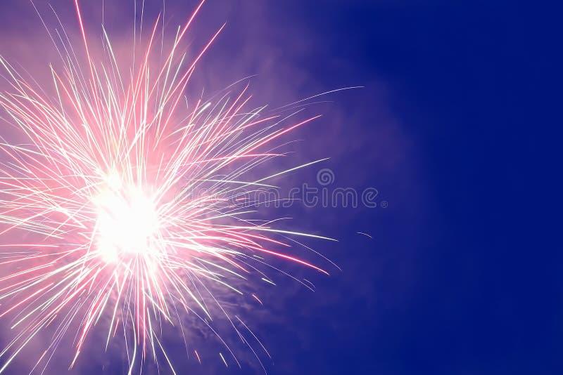 Фейерверки показывают в ночном небе стоковое изображение