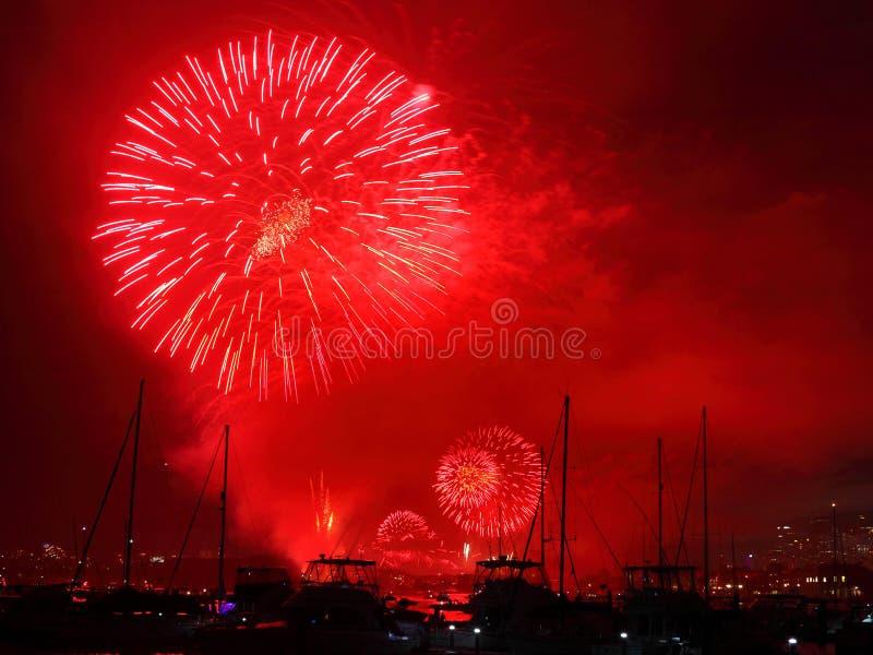 Фейерверки показывают красный цвет на гавани стоковое изображение rf