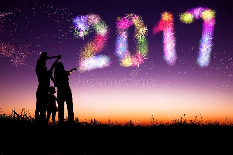 Фейерверки семьи наблюдая и счастливый Новый Год стоковая фотография
