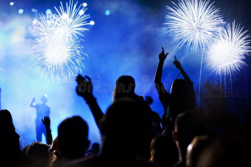 фейерверки толпы наблюдая - предпосылка праздника торжеств Нового Года абстрактная стоковая фотография rf