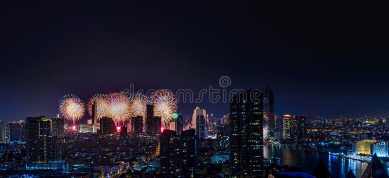 Фейерверки торжества в городе на nighttime Город Бангкок Таиланд стоковые изображения rf