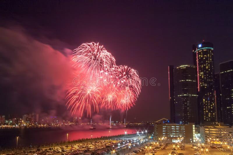 Фейерверки фестиваля свободы освещают вверх небеса перед центром в Детройте, Мичиганом ренессанса GM стоковые фото