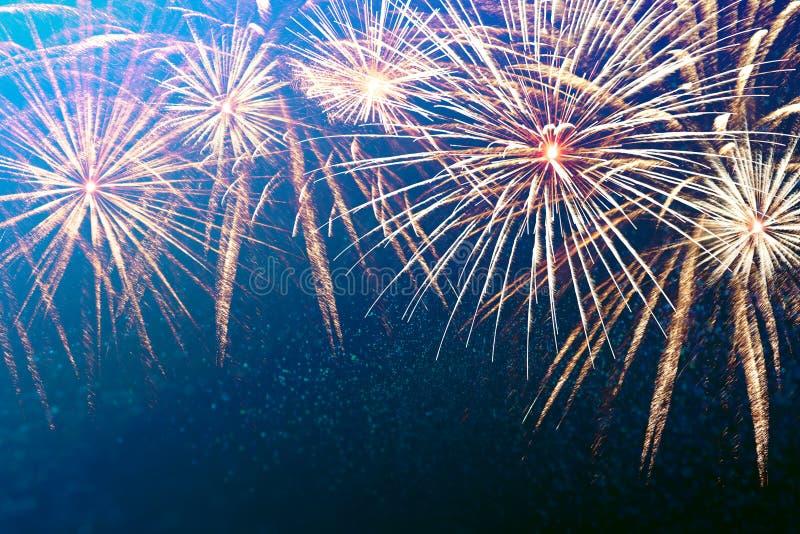 Фейерверки яркого, красочного Нового Года на интересной абстрактной предпосылке со звездами и красивое bokeh стоковое фото rf