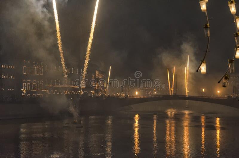 Фейерверки ` s Нового Года над рекой Арно стоковое фото rf