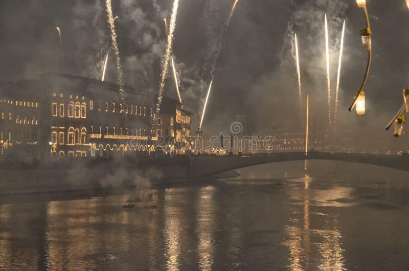 Фейерверки ` s Нового Года над рекой Арно стоковая фотография