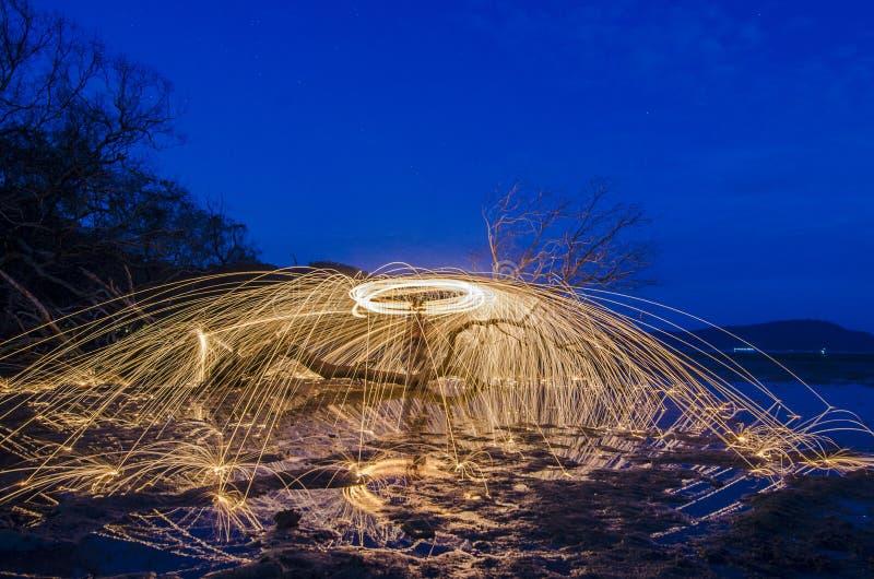 Фейерверк и огонь отбрасывают на мертвом fourground дерева стоковое изображение