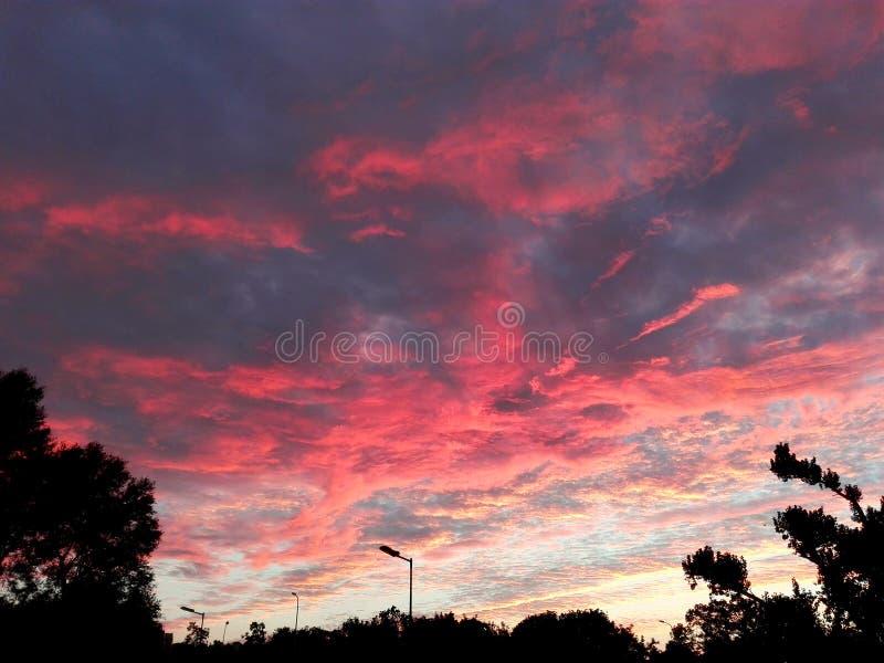 Феноменальное красное облачное небо стоковое изображение rf