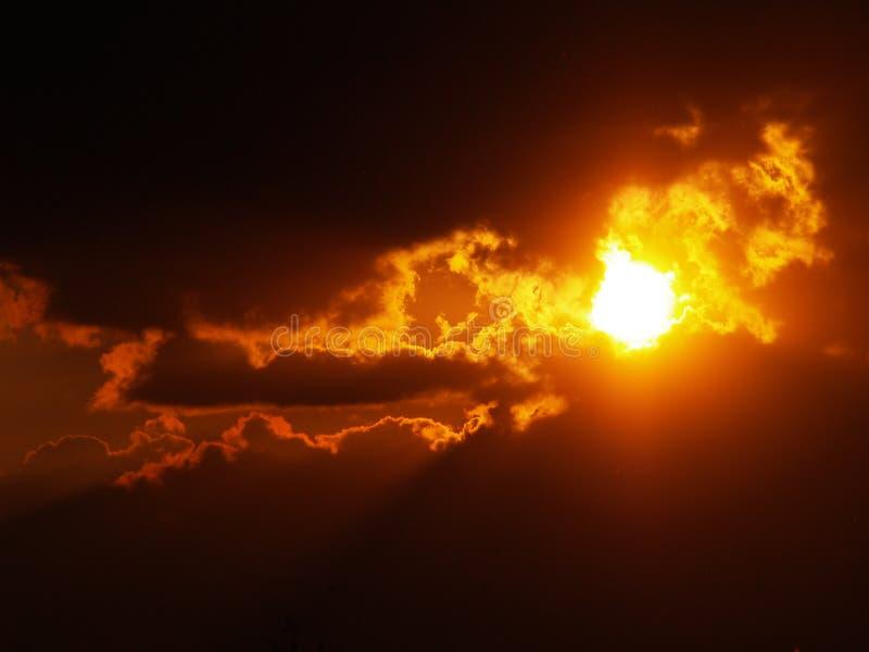 Феноменальный заход солнца стоковые изображения