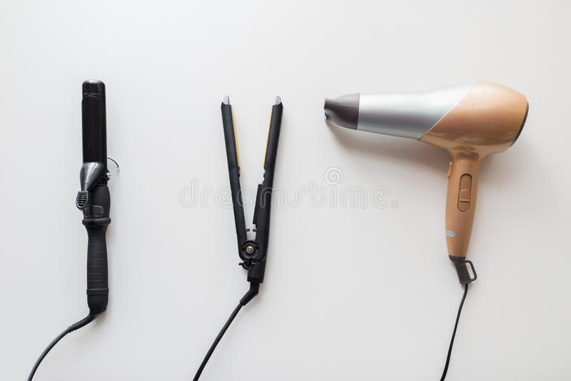 Фен для волос, горячее styler и завивая утюг или схваты стоковое изображение