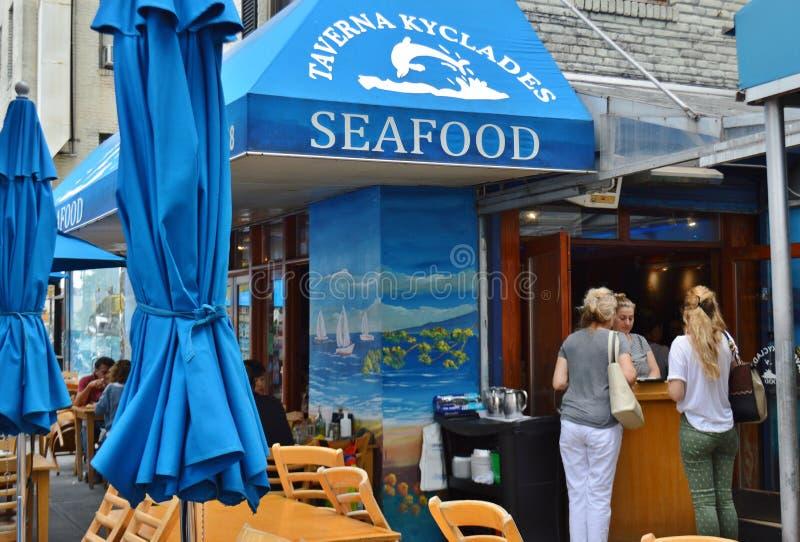 Ферзи Astoria ресторана Нью-Йорка греческие есть обедать еды стоковые фотографии rf